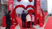 農村婚禮現場的幸福時刻,新郎新娘倒香檳的瞬間,幸福感爆棚