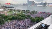 """香港警察与示威者对峙,香港大妈在人群中高喊""""香港警察加油""""!#香港"""