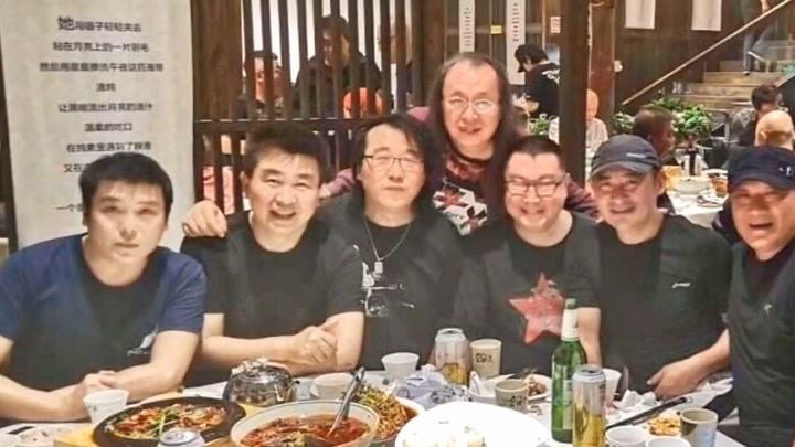 尹相杰景崗山謝東聚餐三位歌手同框集體發福