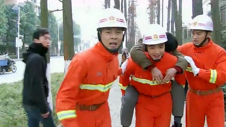 火線英雄:120因堵車沒能及時趕來,消防員直接用背的,真贊!