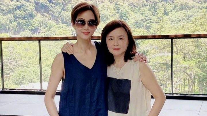 張鈞甯和媽媽爬山游泳健身,母女倆皮膚緊致似姐妹花